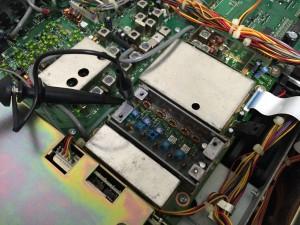 開蓋したPLLユニット TP5の電圧を測定中