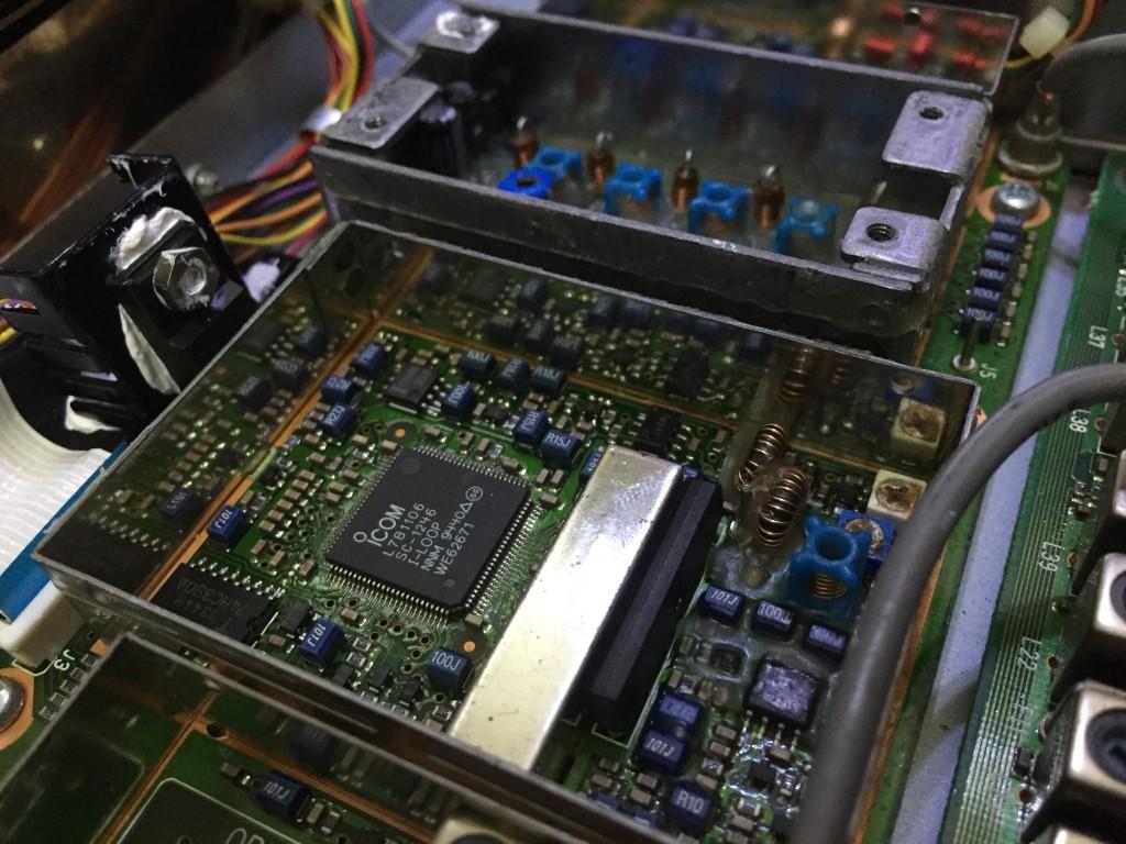 中央左がDDSを内蔵するLSI 金属ケースの隣がTC5081AP