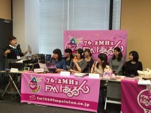 コミュニティーFM局の収録 中央が松田百香さん