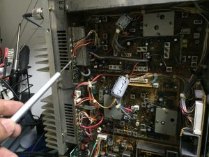 RFプローブで漏れを確認、クランプコアの取付
