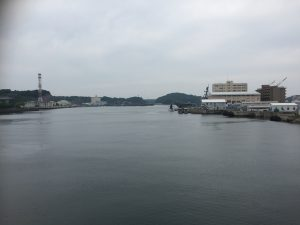 幸浦から長浦を望む 彼方にいかづちの艦影を確認