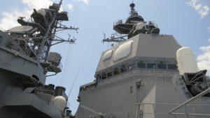 てるつぎのフェーズドアレイ 上方にリンク16用衛星アンテナ、HF、V/UHF、TACANを装備