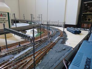 複線の左側は車両基地へ繋がる引き込み線