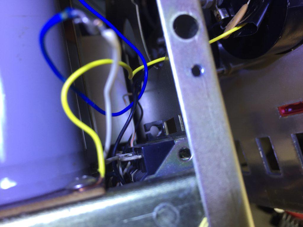 パネル裏 OPERATEランプのホルダーは残置