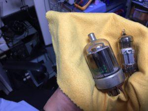 交換する真空管(ゲッターの変色はみられない)
